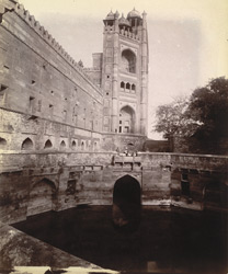 Side view from the west of the exterior of the Buland Darwaza, with the diving well in the foreground, Fatehpur Sikri